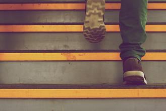 Fare le scale e completare la scuola: il segreto per un cervello giovane.
