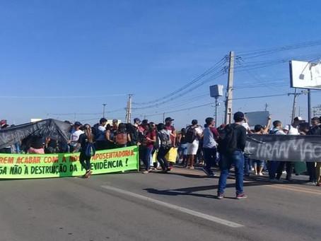 CAMINHOS FECHADOS: Estudantes protestam contra cortes da educação na BR 230 em Sousa