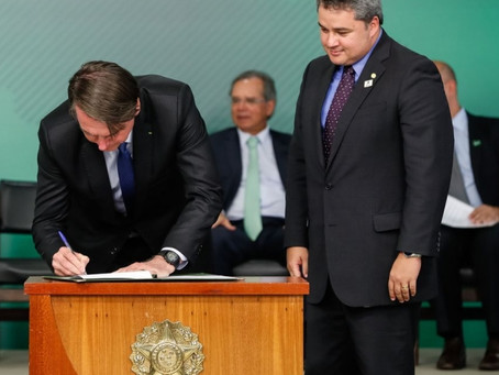 Ao lado de Efraim Filho, presidente Bolsonaro sanciona lei do novo Cadastro Positivo