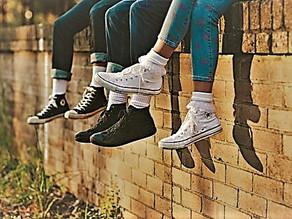 Sitting on the wall / Sentados sobre el muro