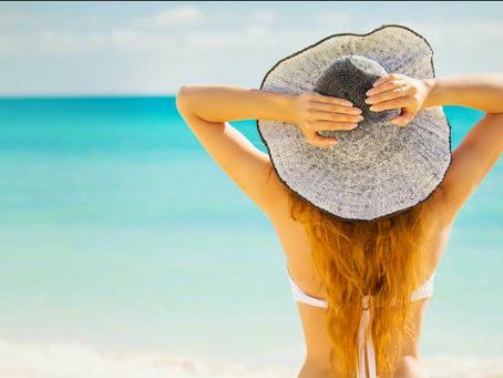I raggi UV indeboliscono la fibra capillare ma puoi fare qualcosa per evitarlo
