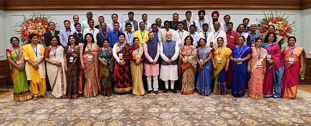PM-Modi-with-School-Teachers-7.jpg