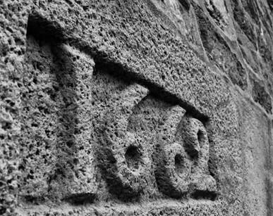 Inscription au-dessus de la porte. Année de la construction de la maison.