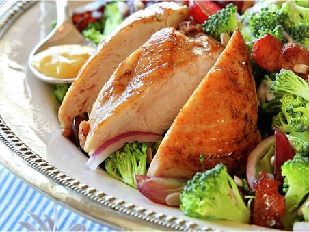 Kyllingsalat med sylta rødløk, pesto og aioli