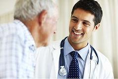 médico jovem cuidando de idoso