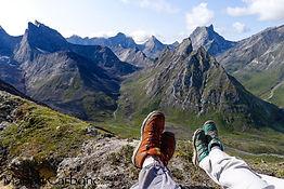 viajantes tranquilos descansando em montanha