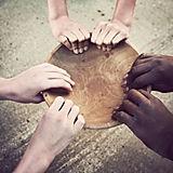 Mãos, segurando, madeira, prato