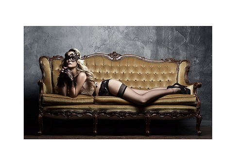 Glass bilde GIRL ON THE COUCH - 90x150 cm