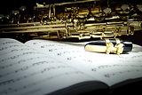 Саксофон на листе музыки