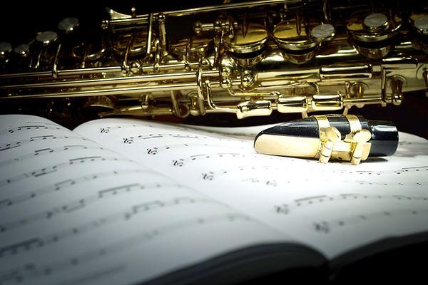 Saxophon auf Musik-Blatt