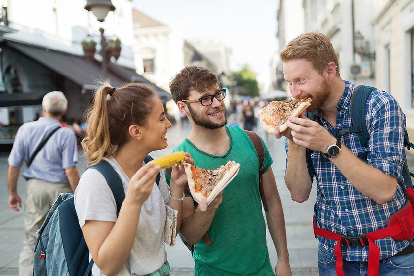 Trois amis qui dégustent des plats à emporter grâce a Foodr