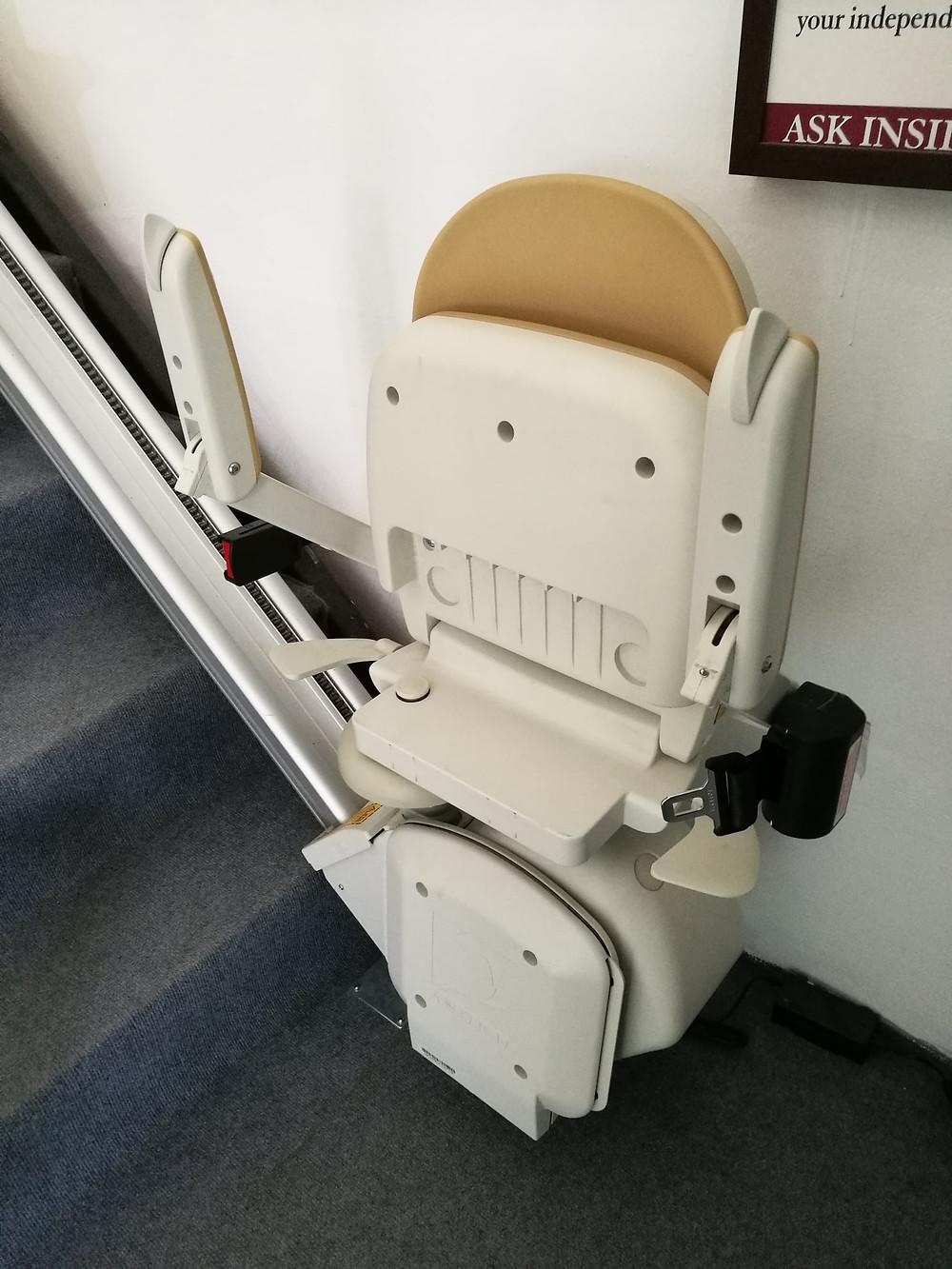 เมื่อเก้าอี้ลิฟต์ไม่ได้ใช้งานสามารถพับ ที่วางแขน เก้าอี้ และที่วางเท้าได้ครับ