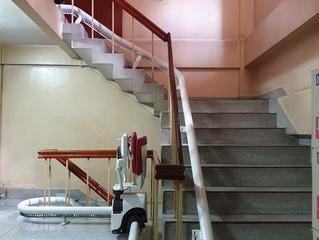 [ก่อนการติดตั้งลิฟต์บันได] ลิฟต์บันไดที่เหมาะกับบันไดหลายช่วง ชานพักสามเหลี่ยม และ ทางโค้ง