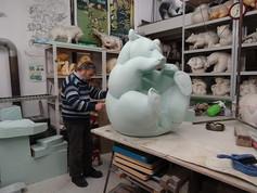 """Michel Bassompierre réalisant la sculpture monumentale""""Le Miel n°2"""""""
