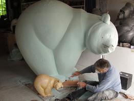 """Michel Bassompierre réalisant la sculpture monumentale """"Les Saumons n°1"""""""