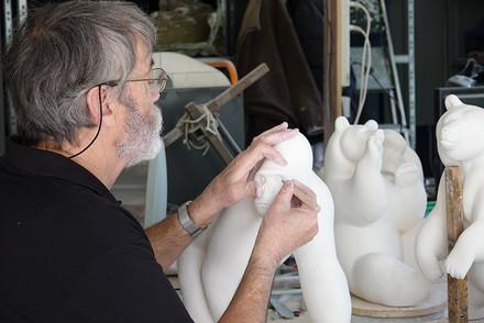 Michel Bassompierre réalisant un tirage en plâtre