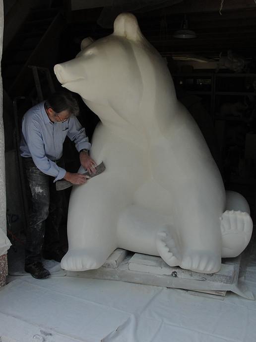 """Michel Bassompierre réalisant la sculpture monumentale """"La Guêpe n°2"""""""