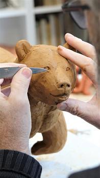 Michel Bassompierre réalisant un modelage en argile
