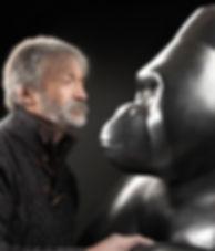 """Michel BASSOMPIERRE sculpteur animalier avec son gorille """"Le Dominant n°1"""""""