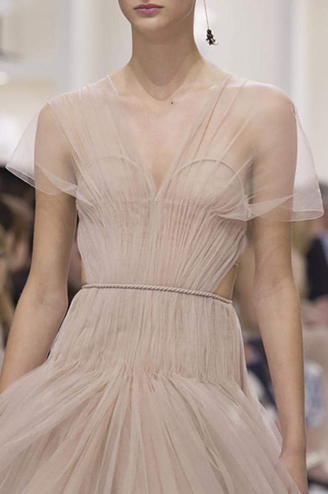 Christian Dior Couture Fall 2018 pink powder beautiful dress on model השארה למניפת יד לחתונה מעוצבת בהזמנה אישית