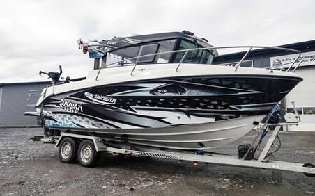 Finnmaster Pilot 7 veneen kylkiteippaus ja suunnittelu