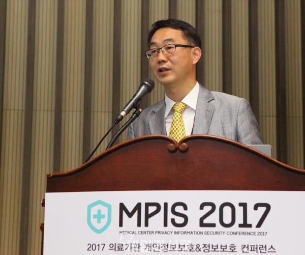 ▲ MPIS 2017이 지난 5월 18일 한국과학기술회관 대회의실에서 의료기관 정보보안 실무자 400여 명이 참석한 가운데 성황리에 개최됐다. 이 자리에서 좋을 안병현 연구소장은 '의료기관을 위한 통합 IT 외주관리 방안'을 주제로 발표를 진행
