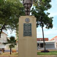 Estátua do Soldado Constitucionalista na Praça 9 de Julho - Centro - obra do artista plástico Oscar Valzacchi.