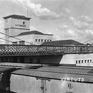 Passarela para pedestres, que liga as ruas São Paulo e Rio de Janeiro, sobre os trilhos de Estação Ferroviária, em 1950.