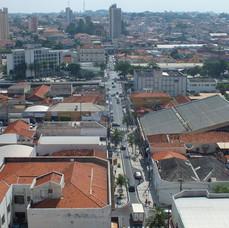 Centro da cidade - Rua Brasil - com vista do Bairro Higienópolis.