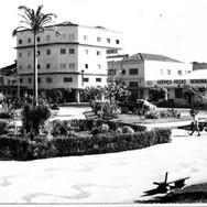 Anos 60 - Parque das Américas na região onde hoje está o campo de bocha e o terminal de ônibus circular. Vejam que os espaços do jardim foram ocupados por essas construções descaracterizando essa preciosidade.