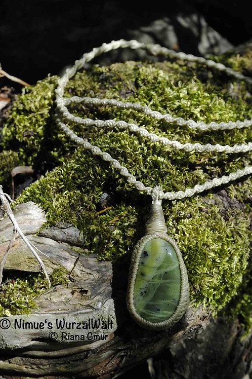 Elfe im Wald - Kanada Jade (Nephrit) + Makramee