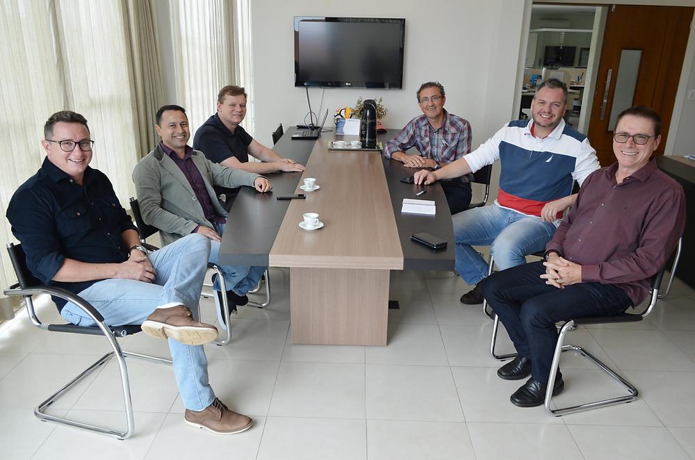 Comandante Lucas Riedner (SyncJet), Joares Ribeiro (diretor executivo da Acefb), João Manoel Rios (presidente do Condef), Tarsizio Carlos Bonetti (presidente da Acefb), Listor Júnior (Next Aviation) e Antonio Pedron (vice-prefeito), em reunião na semana passada, na sede da Bonetti Agronutri, em Beltrão.  Crédito: Darce Almeida/Acefb