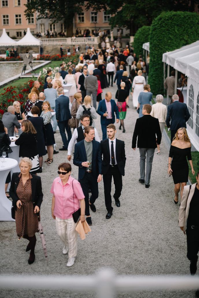 külalised-jalutamas-roosiaias