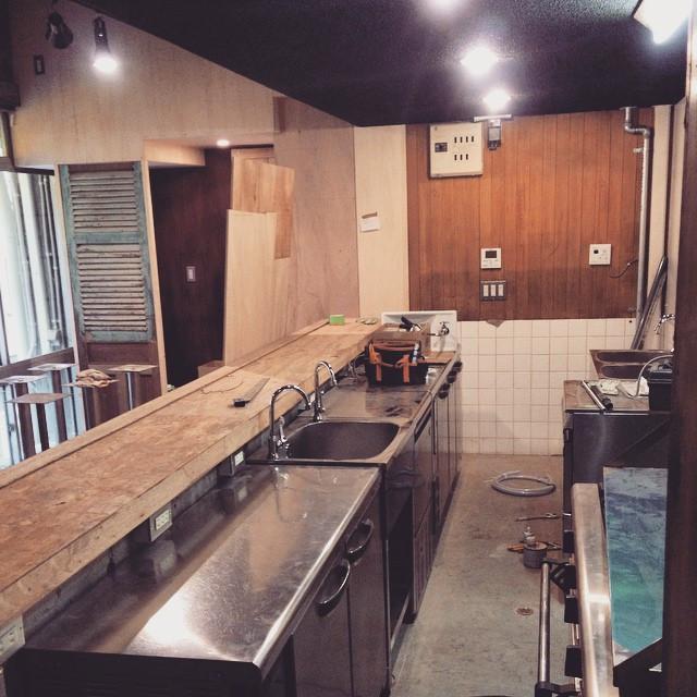 Instagram - 厨房機器がほぼ搬入されて、あとは内装追い込み。タイル貼りや、ペンキ塗りガンバりますー。 まだオープンお知らせ出来ていませんが、3月には必