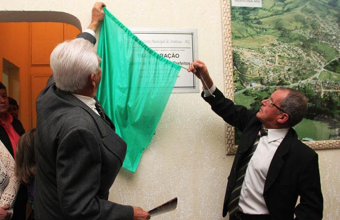 Prefeito Cacá inaugura galeria de fotos de ex-prefeitos