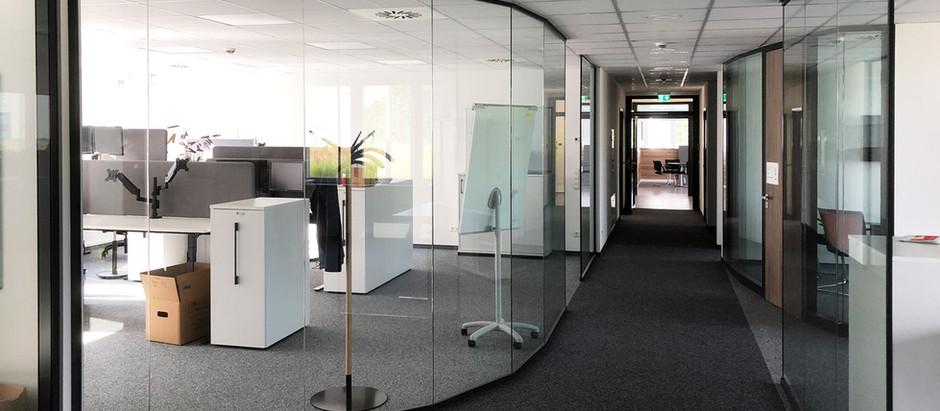 Autozulieferer Slowenien · Einscheiben-Systemtrennwand · Trennwandsystem · Interieur-Glas