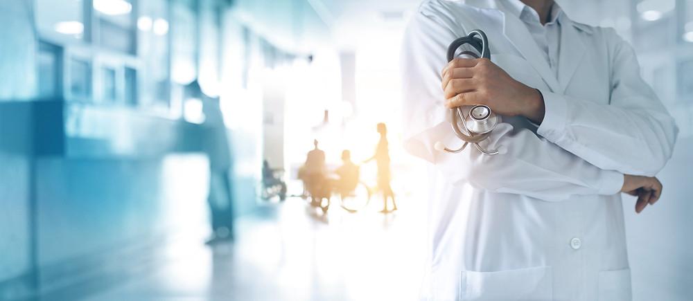 Große Krankenhäuser werden zu der sogenannten kritischen Infrastruktur gezählt, die es besonders zu schützen gilt. Für sie gibt es branchenspezifische Sicherheitsstandards.