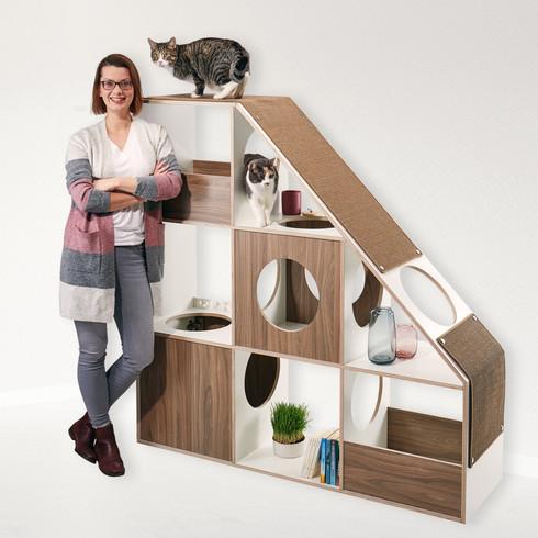 Das pawsonwood Team vorm Katzenkratzmöbel   L – Der Katzentraum  Korpus: Weiß  Blenden: Nussbaum