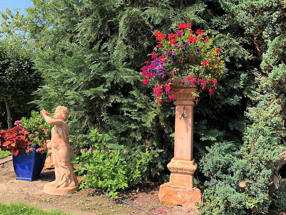 Brunnen-mit-Blumenampel-MartinsHof-Kümmernitztal