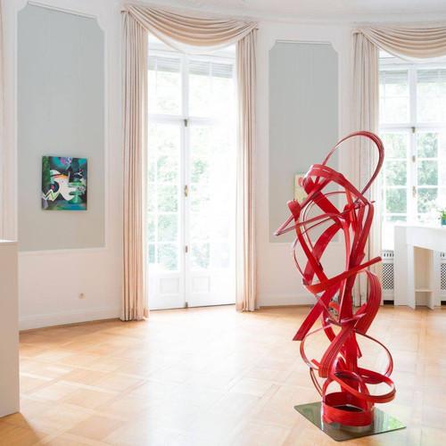 "Carolin Israel, ""Disco-Wifi"", 2015/16 (left); Peter Müller, ""Diversity Impact"", 2016 (sculpture)"