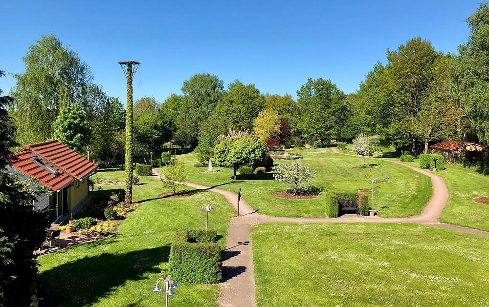 Der kleine Park auf dem MartinsHof mit seinem Sinnesgarten zur Frühlingszeit 2018.
