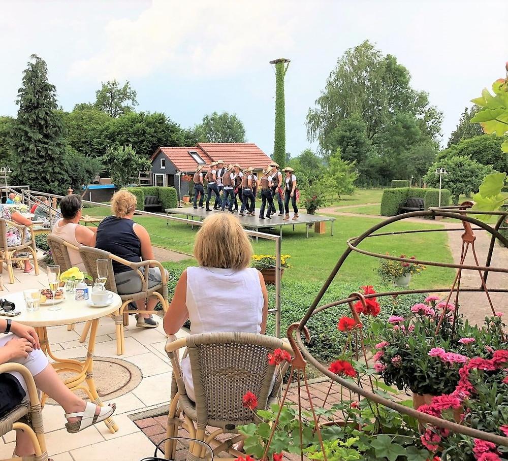 Üppige Tag der offenen Gärten am 10.06.2018 auf dem MartinsHof Kümmernitztal mit den Pollitzer Line Dancer.Kirschernte 2018 auf dem MartinsHof in Kümmernitztal.