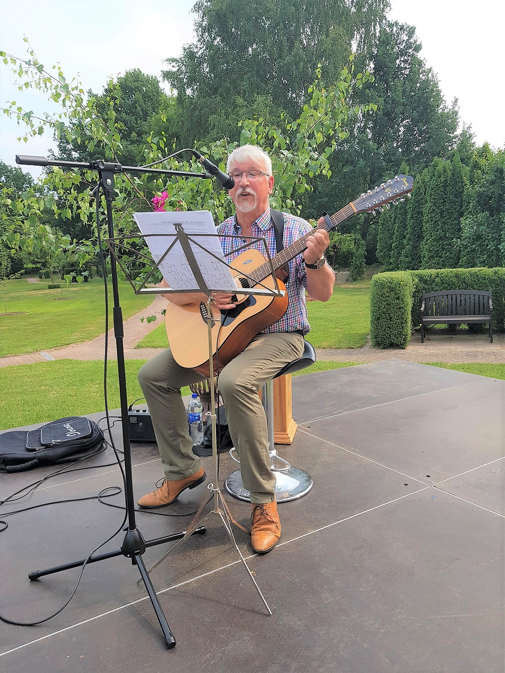 Herr Reinhard Hinze aus Meyenburg sang und spielte auf seiner Gitarre.