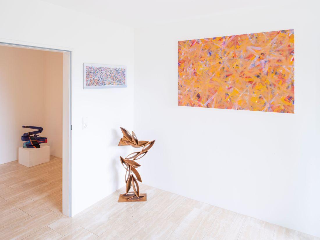 Peter Müller, Connection, 2017 (far left); Bernhard Adams, Traveling 4 D - Spacetime Fabric, 2018 (left); Peter Müller, Windows VIII, 2016 (sculpture in the middle); Bernhard Adams, Deepfield VII (Copperhead), 2018 (painting far right)