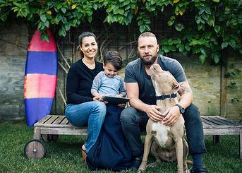 Familia joven con el perro de mascota