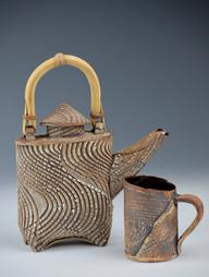 Kohiki teapot with bamboo handle