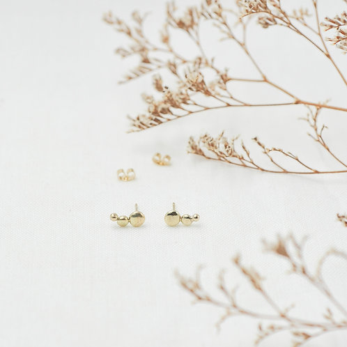 goldene Ohrringe mit Verschlüssen Frontansicht