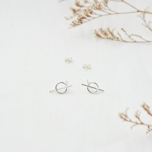 Silver Intersected Circle Stud Earrings Frontansicht mit Trockenblumen