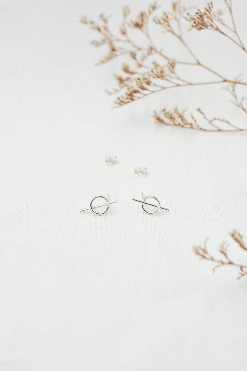 Silver Intersected Circle Stud Earrings Frontansicht mit Trockenblumen