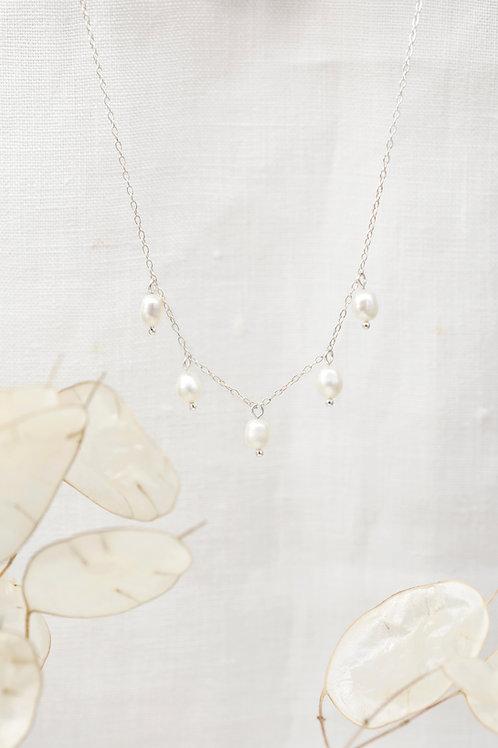 Perlenkette aus Silber Frontansicht mit Trockenblumen